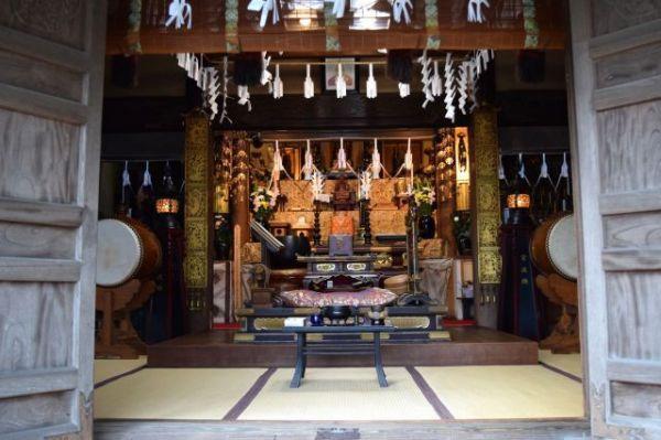 示現寺本堂の内部。手入れが行き届いている=高野真吾撮影