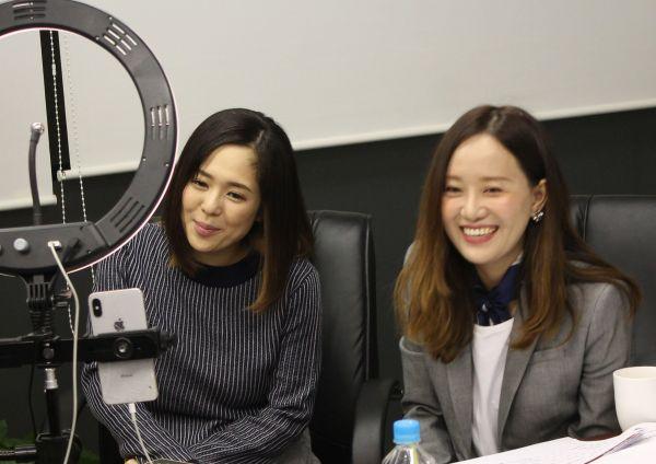 中国向けのネット生放送で、「中国で一番有名な日本人」として知られる蒼井そらさんと共演した甜甜さん。化粧品などをPRした=2019年12月10日