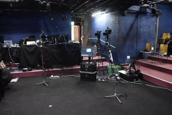 開演前の会場。ステージを撮影するカメラや客席だった部分には配信用の機材が設置されていた。換気のため、入り口のドアも開いたまま
