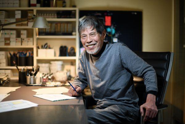 仕事机に座る五味太郎さん。「娘たちも、本当に相談がある時は仕事場に来てたよ」=北村玲奈撮影