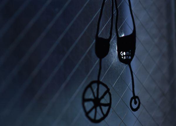 五味太郎さんのアトリエの窓に貼られたオリジナルのシール=北村玲奈撮影