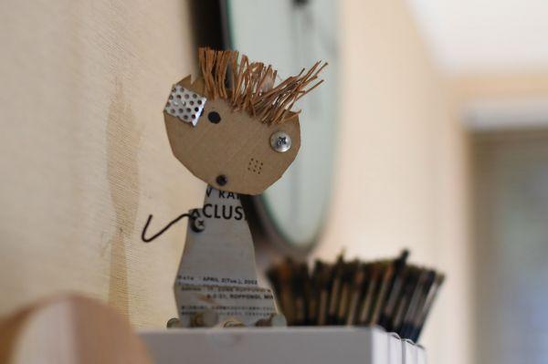 五味太郎さんのアトリエに飾られた、手作りのオブジェ=北村玲奈撮影