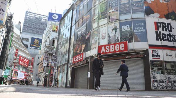 週末の外出自粛要請で多くの店が休業し、人の往来が少ない渋谷センター街=2020年4月4日午前10時35分、東京都渋谷区、西畑志朗撮影