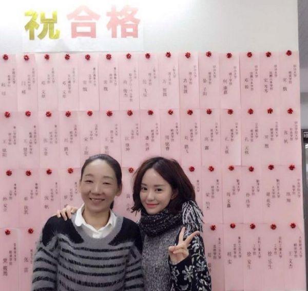 2013年に大学院に合格した甜甜さん(右)と日本語学校の先生=本人提供
