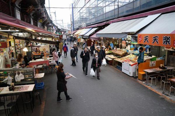 新型コロナウイルスの影響で閑散としたアメ横商店街=2020年4月5日午後0時10分、東京都台東区、加藤諒撮影