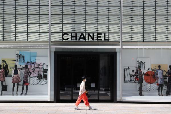 銀座の中央通り沿いの店は臨時休業が多く、人通りも少なかった=2020年4月4日午後0時17分、東京都中央区、長島一浩撮影