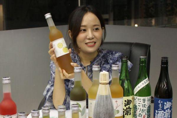 インターネットの生放送で、中国人向けに、日本のお酒をPR販売する甜甜さん=2019年8月16日