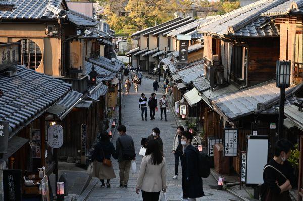 京都で初の外出自粛の週末。いつもは観光客でにぎわう二年坂かいわいも閑散としていた=2020年4月4日午後、京都市東山区、白井伸洋撮影