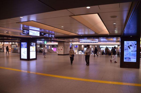 阪急大阪梅田駅の改札前。普段よりも人の行き交いがまばらだった=2020年4月4日午後4時9分、大阪市北区、伊藤喜之撮影