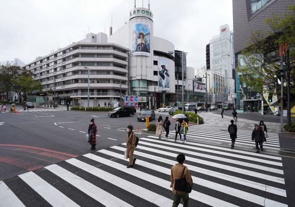外出自粛要請で、普段より人の往来が少ないラフォーレ原宿前の交差点=2020年4月5日午後1時40分、東京都渋谷区、遠藤啓生撮影