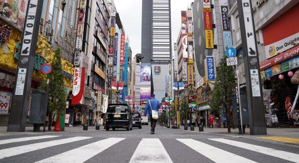 新型コロナウイルスの影響で新宿・歌舞伎町も人通りが少なく閑散としていた=2020年4月5日午後3時、東京都新宿区、加藤諒撮影
