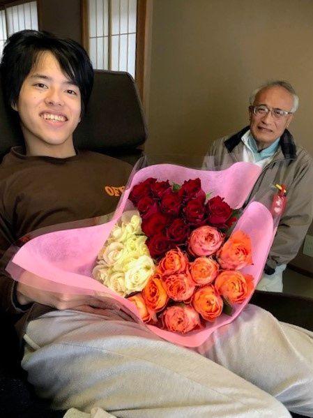 合格がわかった3月6日、自宅で代筆者の1人に祝われた渋谷友哉さん=徳島県海陽町、貴代さん提供