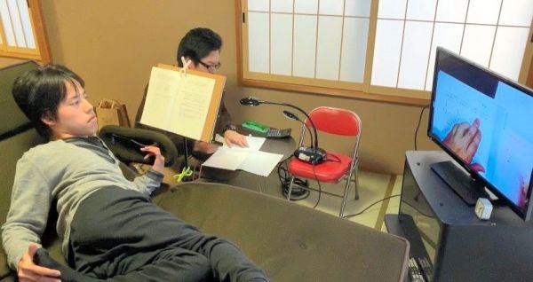 自宅で代筆者とともに勉強に励む渋谷友哉さん=徳島県海陽町、渋谷貴代さん提供