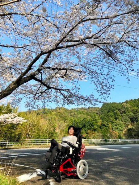 毎年見に行っているという地元の桜と渋谷友哉さん=徳島県海陽町、貴代さん提供