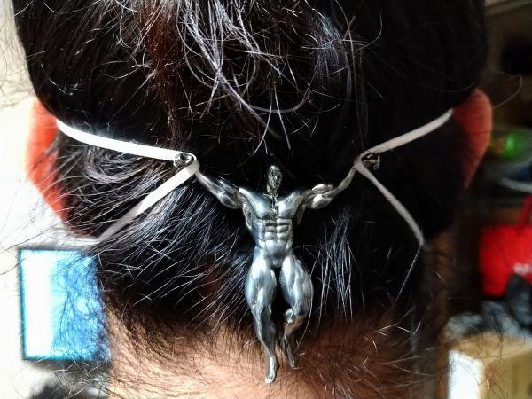 斉藤幸延さんが制作した「長時間マスクをつけても耳が痛くならない耳を守りマッチョ」