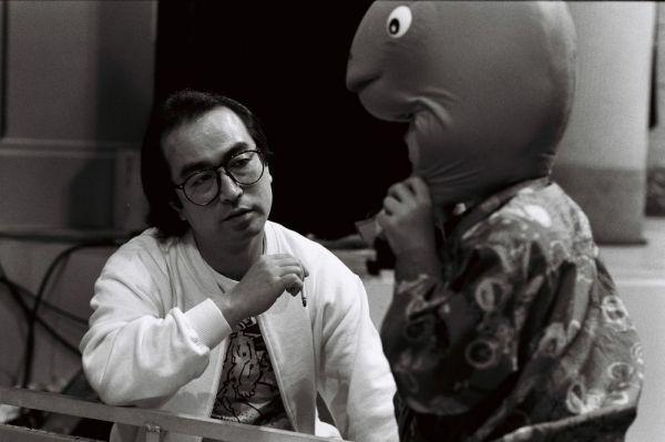 テレビ番組の録画撮りのためのスタジオで、スタッフを呼び、気にかかっている小道具をもってこさせ、チェックする志村けん=1988年5月