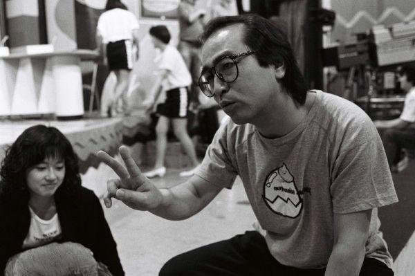 テレビ番組の録画撮りのためのスタジオで、スタッフを呼び、進行上の注意を伝える志村けん。スタジオで共演者などと雑談をしていても、周囲に満遍なく注意を払っている=1988年5月