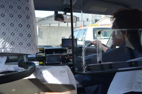 タクシーの運転席に座る伊東さん