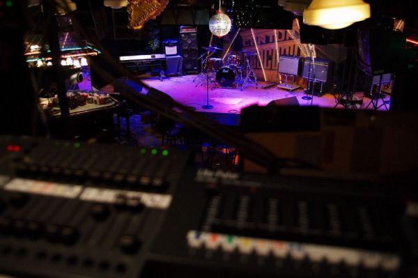 音響スタッフの席から見るクロコダイルのステージ=クロコダイル提供
