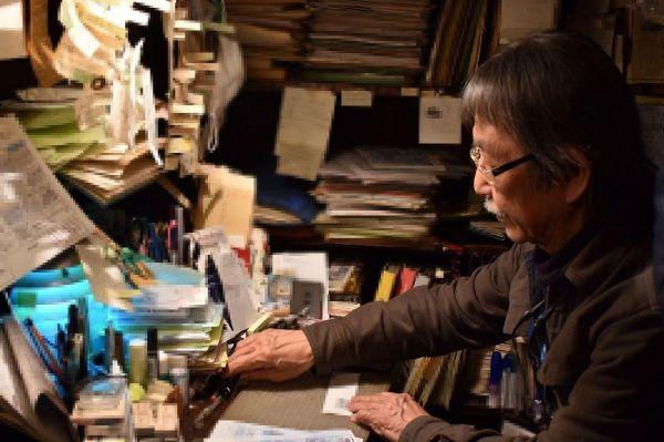 クロコダイルの事務所でライブのキャンセルに対応する西哲也さん=2020年3月18日、東京都渋谷区、坂本真子