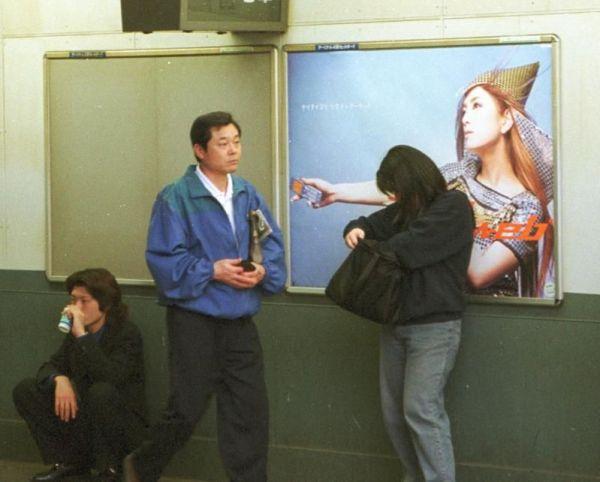 2枚張られたポスターのうち1枚が盗まれた駅の掲示場=2012年4月14日