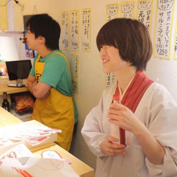 「マニアコンビニ」の1日店長を務めた田口さん(右)
