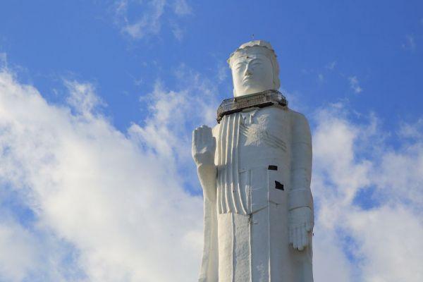 瀬戸内海沿岸に造られた、全長100メートルの「淡路島世界平和大観音」(兵庫県明石市)。