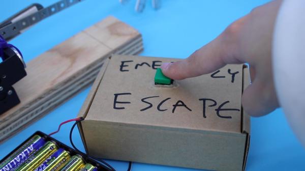 「EMERGENCY ESCAPE」ボタンを押すと……