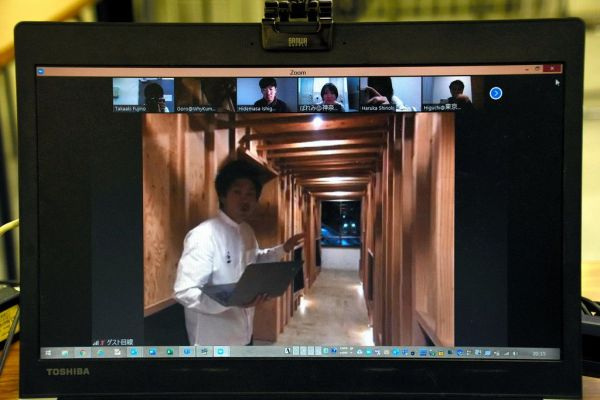画面越しに宿内を案内する、オーナーの後呂孝哉さん=2020年4月24日、和歌山市七番丁、藤野隆晃撮影