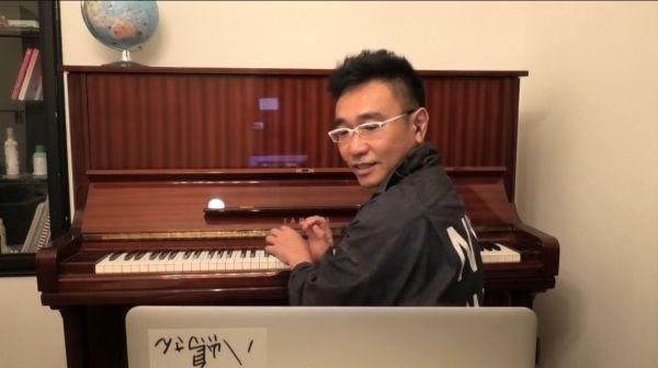 自宅のピアノの前に座る八嶋智人さん=テレビ東京提供
