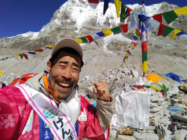 福島や東北の人たちに希望を届けようと、世界最高峰のエベレスト登頂に挑んだなすびさん=2016年