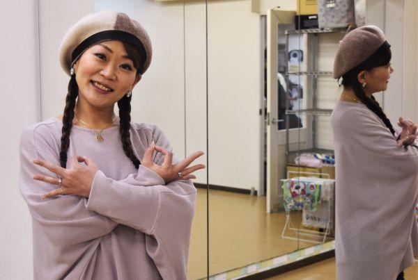 「埼玉ポーズ」を考案した早藤真紀さんは手話ダンサーの第一人者だ=2020年1月、東京都新宿区