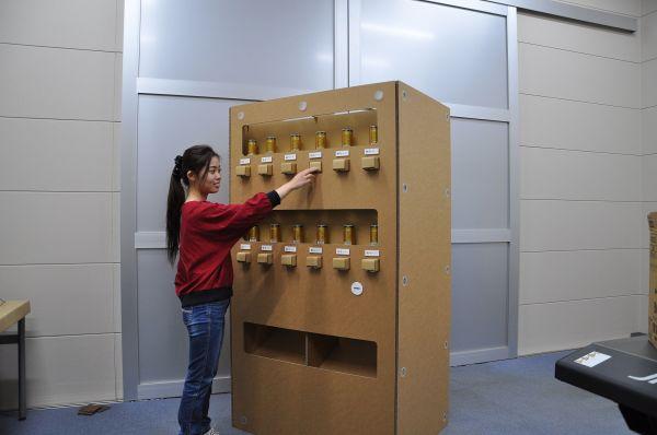 hacomoが制作した段ボール製の「自動販売機」。ボタンを押すと缶が出てくる