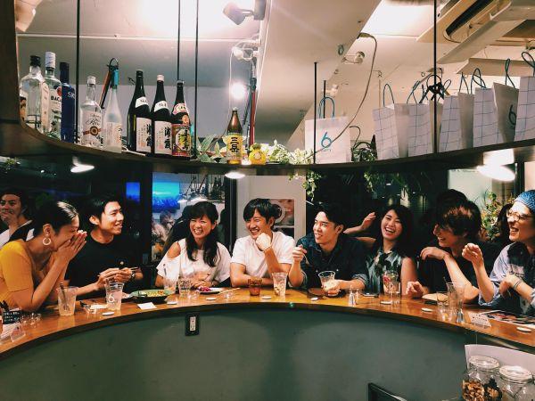 6curryKITCHENの恵比寿店。会員とスタッフの「混ぜこぜ」ができるよう、U字型のキッチンカウンターになっている=6curry提供