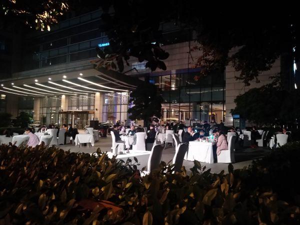 武漢市民が屋台料理を楽しんでいる風景