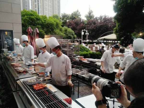 屋台料理を調理している五つ星ホテルのシェフたち