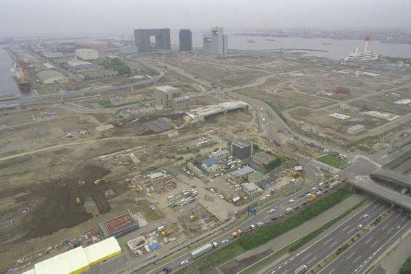 臨海副都心の台場フロンティアビルから南側の青海地区を望む。正面アーチ型のビルはテレコムセンター。その右手前の用地で世界都市博覧会が予定されていた=1995年6月8日、東京都港区台場で