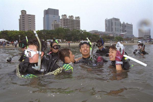 1996年6月8日、「21世紀に向けて東京港を泳げる海に」と、東京都港区のお台場海浜公園でボランティアダイバーら約250人による海底清掃があった