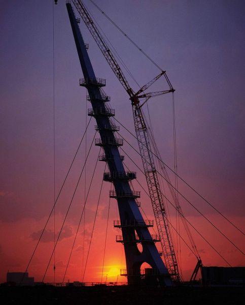 東京臨海副都心で建設が進む歩行者用通路「スカイウェイ」は、東京湾道路をまたいで台場地区と青海地区を結ぶ。つり橋状の斜張橋を支持する主塔が、周辺のランドマークとして目を引く=1995年5月