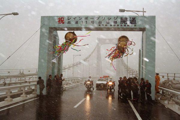 台風11号の接近で、強風と横殴りの雨の中、東京臨海副都心と都心を結ぶ「レインボーブリッジ」の開通式が行われた。強風のため、テープカットなどのセレモニーは中止された=1993年8月26日
