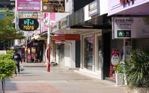 2020年4月、バンコク中心部で商店が並ぶ目抜き通りはほとんどが閉店し、閑散としていた