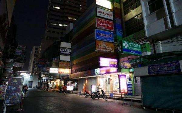 バンコクの歓楽街、「タニヤ」も4月、夜は多くの店の電飾が消され、静まっていた