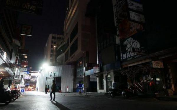 いつもなら多くの日本人やタイ人でにぎわっているバンコクの歓楽街、「タニヤ」は4月、ひっそりしていた