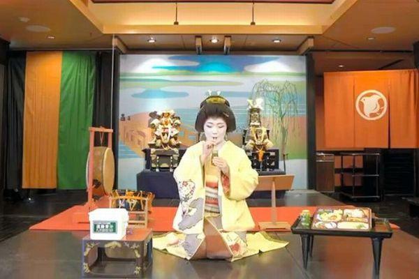 ストローを使って青汁を飲む料亭「濱長」の芸妓の由喜千代さん=料亭「濱長」提供