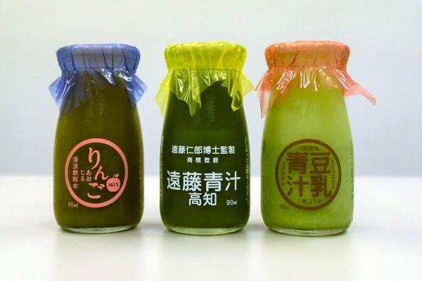 遠藤青汁高知センターの遠藤青汁(中央)。豆乳やりんごを使った青汁も生産している