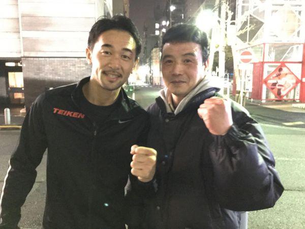 「元WBCバンダム級チャンピオンの山中慎介さんはカレー好きで、フクイのカレーも気に入ってくれています」と福井さん(右)=福井さん提供