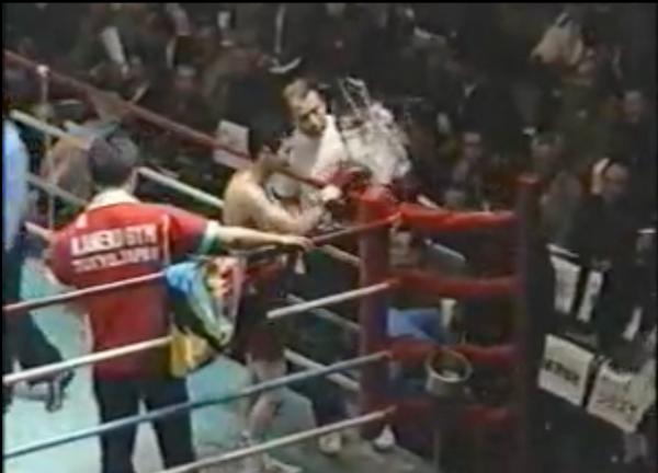 1991年3月、現役最後の試合前に会場から花束を受け取る福井さん=福井さん提供