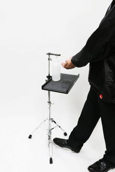 ペダルを踏むと、スライドプレートが下がり、ノズルを押す仕組みになっている