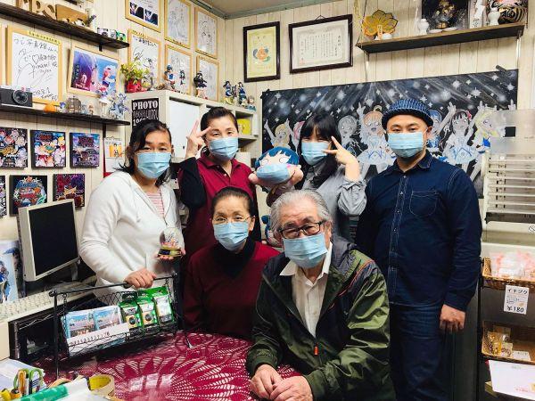 上海のラブライバーから贈られたマスクを付けるつじ写真館の人々
