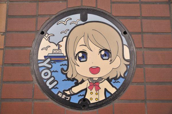 沼津市の商店街などには、キャラクターが描かれたマンホールも設置されている